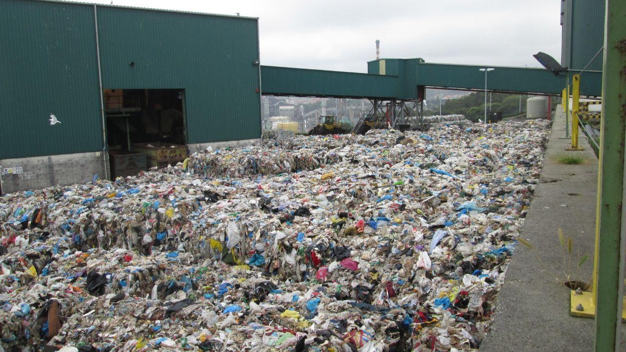 Balas de residuos de plástico acumuladas en una de las explanadas de la planta de tratamiento de Nostián.