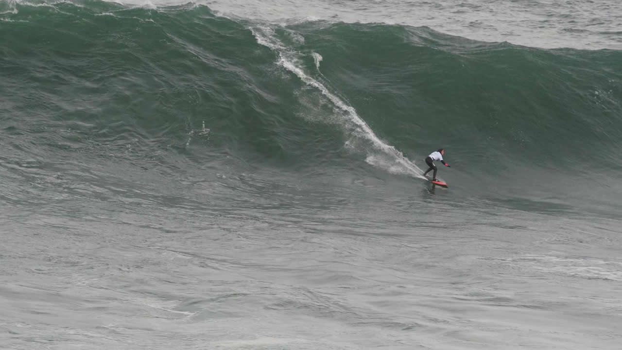 Surfistas campeones en Nazaréentrenan en Illa Pancha.Puerto de Avilés.