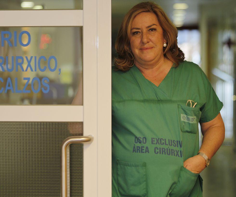 Eugenia López Suso a la entrada de la Unidad de Quemados del Hospital de A Coruña.