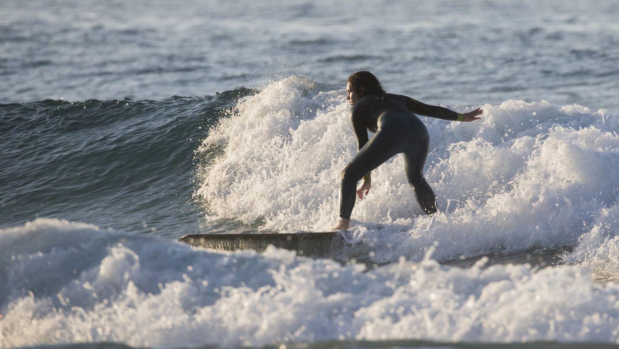 Una surfista cabalgando una ola este verano en la playa Area Maior de Malpica