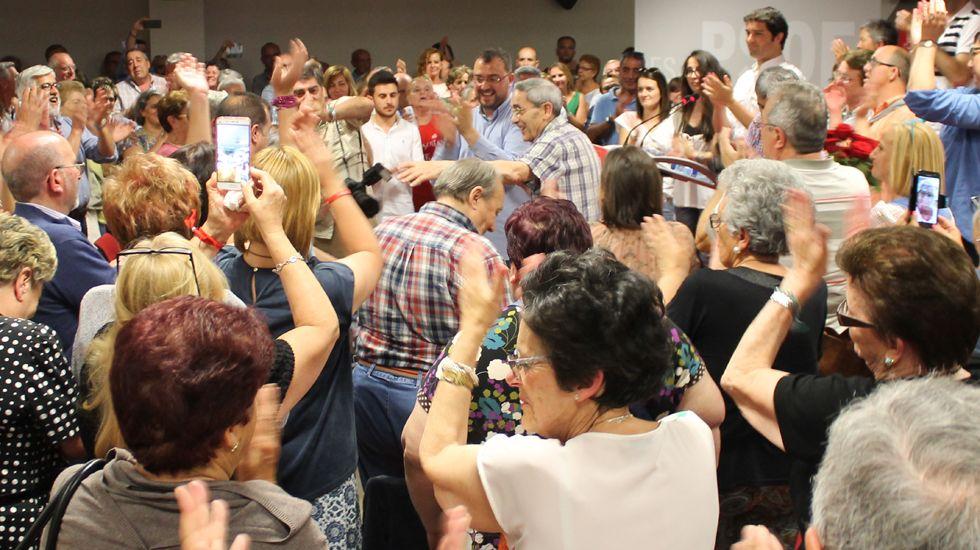 Las gaitas suenan en la Marcha Negra.Adrián Barbón, en el centro de la imagen, rodeado de militantes en la Casa del Pueblo de Gijón
