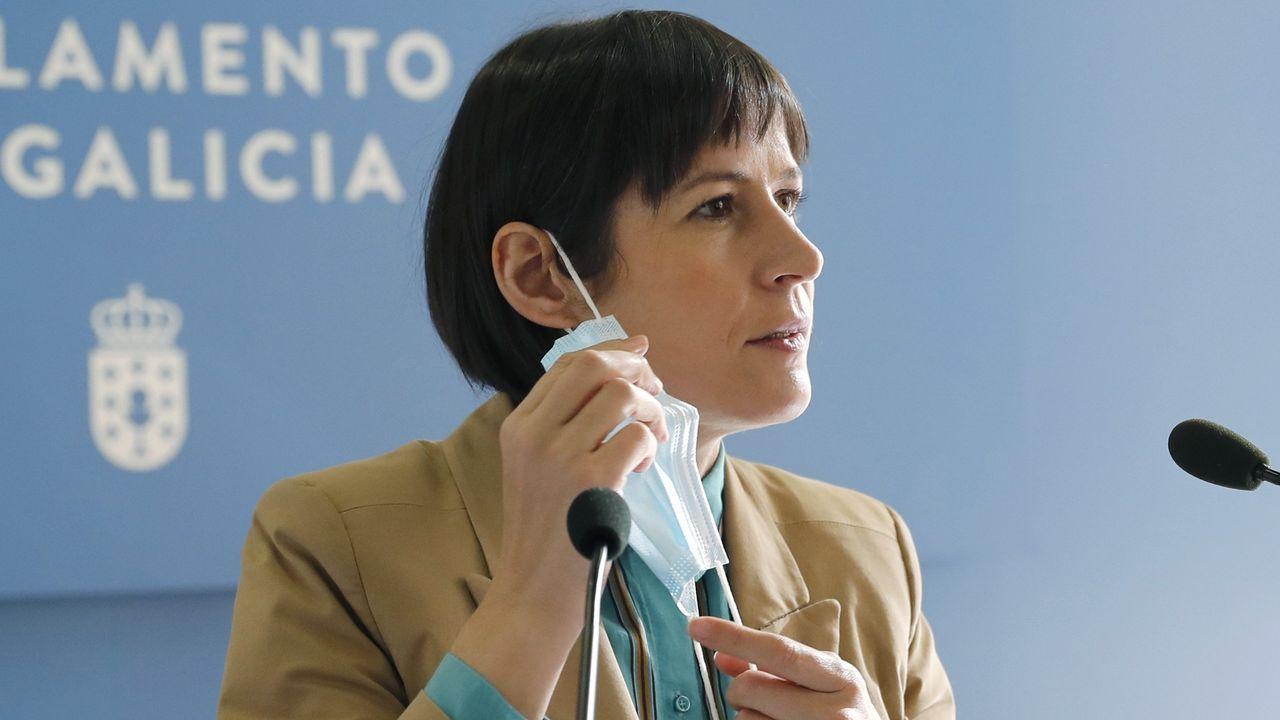 Ana Pontón: «Estes orzamentos boicotean a Galiza, son peores que os de Rajoy».Alfonso Rueda, defensor del proyecto de ley, charla en el Parlamento con el conselleiro de Sanidade