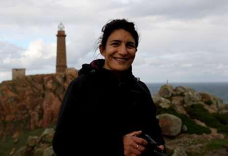 Fuerte temporal en el mar en Galicia.Olga Osorio, ayer, en el faro de Camariñas, preparando todos los detalles para la grabación.