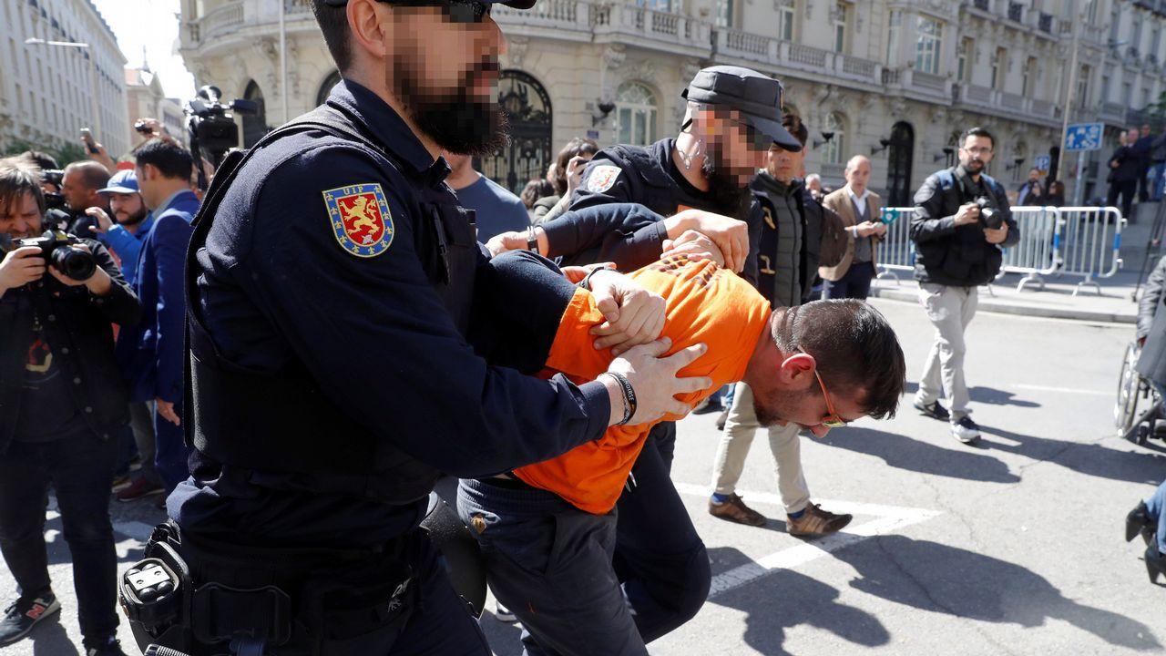 Los trabajadores de Alcoa llegan a Oviedo desde Madrid.Un trabajador de Alcoa ha sido detenido este jueves tras un enfrentamiento de los manifestantes de estas plantas de aluminio de Avilés y A Coruña contra la policía, que se manifiestan frente a las puertas del Congreso de los Diputados