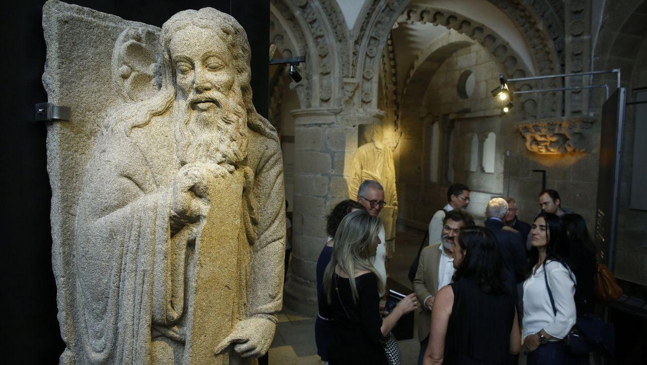 Inicio de la recogida de la exposición sobre el maestro Mateo en la catedral.Isaac, una de las piezas en propiedad de los Franco y reclamada por el Concello de Santiago