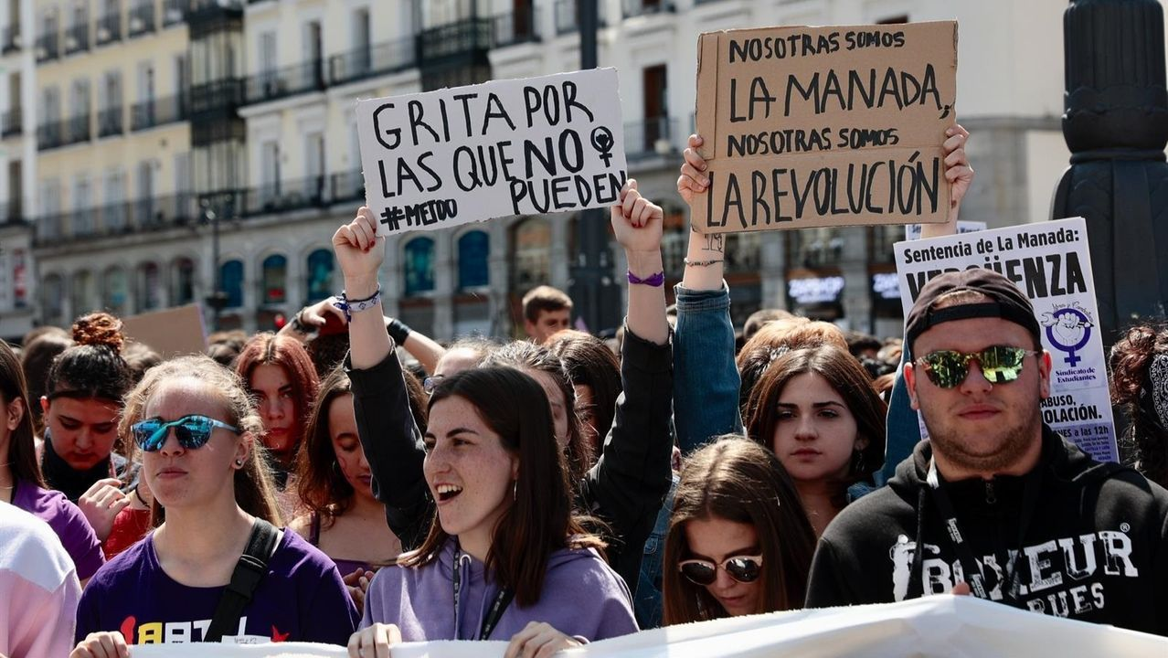 Fractura en el Gobierno de coalición a cuenta de la ley de libertad sexual.Concentración en Barcelona contra el auto de libertad provisional de La Manada