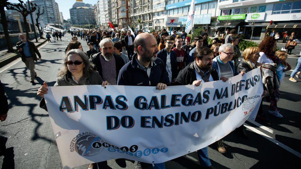 Los estudiantes salen a la calle en toda Galicia.Manifestación convocada por la Plataforma Galega en Defensa do Ensino Público en A Coruña