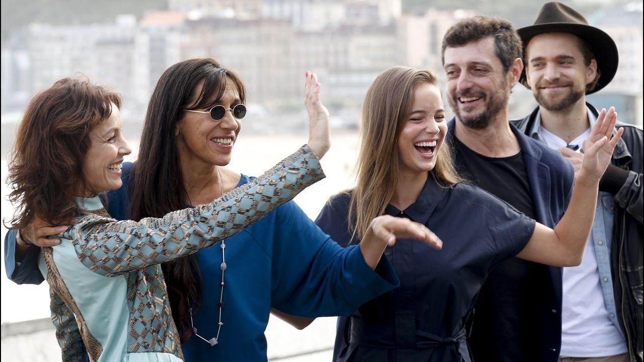 Los actores Carla Maciel, Teresa Sobral, Alba Baptista, Adriano Carvalho y Raphael Tschudi posan en San Sebastián antes de presentar su película «Patrick»