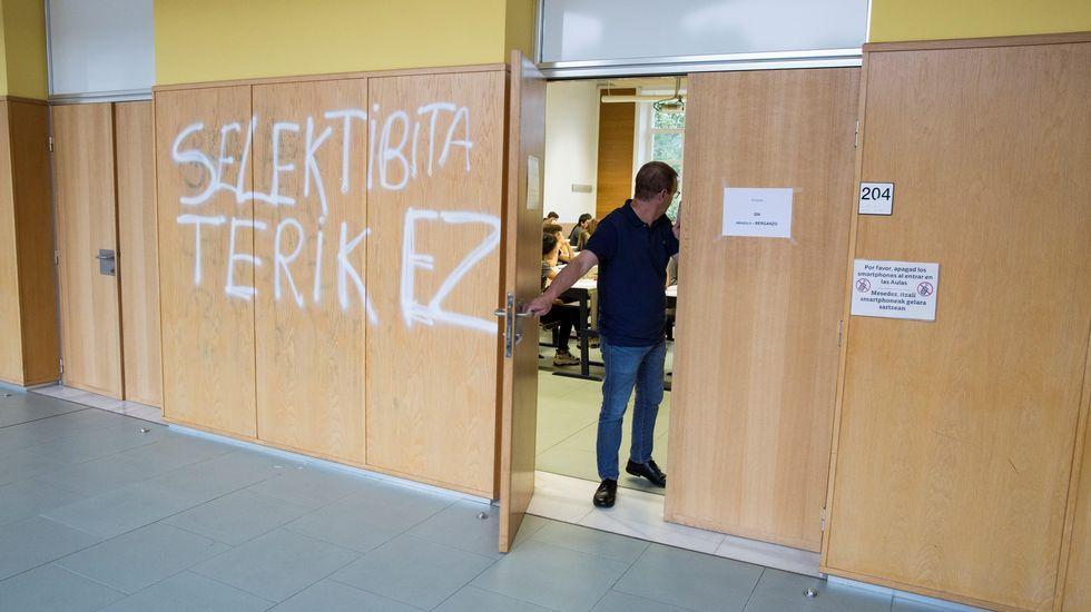 Pintada contra la selectividad en la entrada de un aula donde se estaba celebrando el examen
