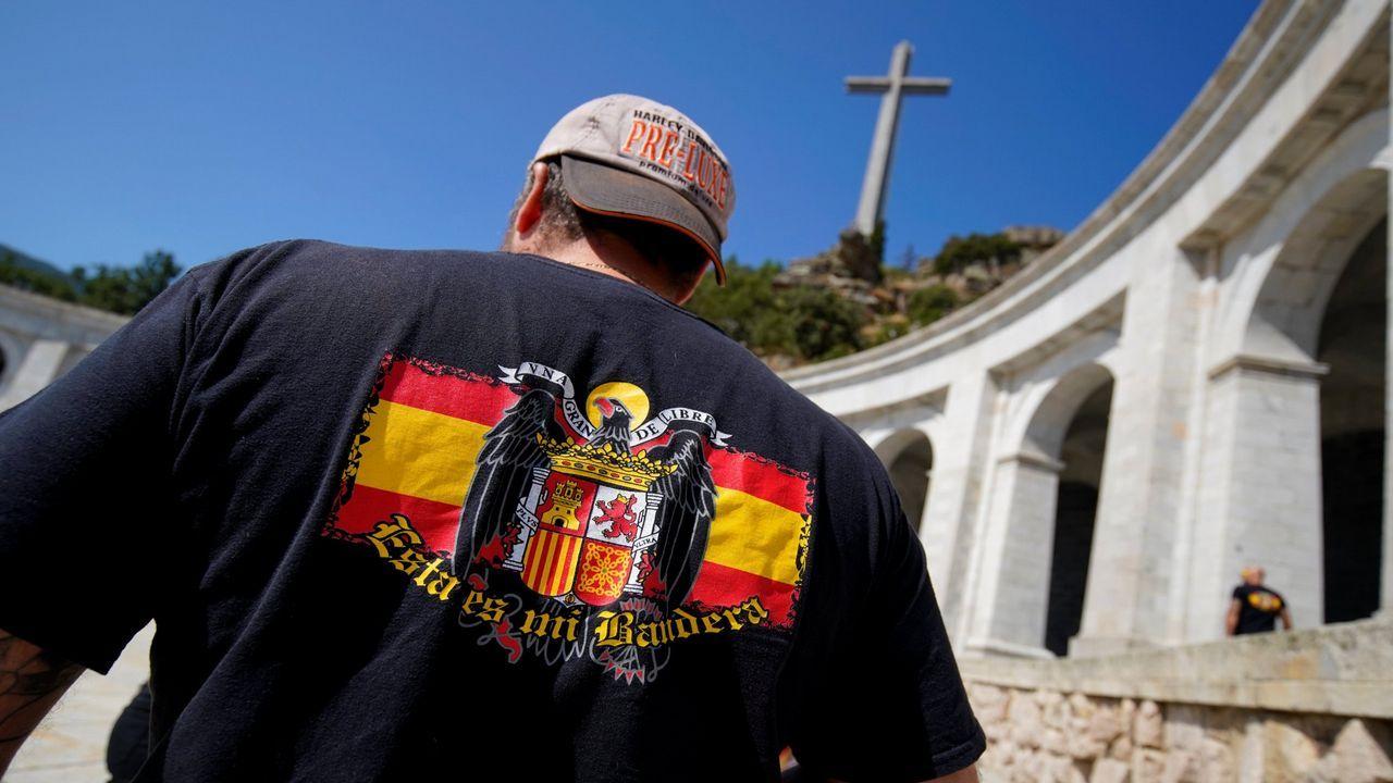 Acuerdo para sacar a Franco del Valle de los Caídos.Pedro Sánchez, durante una conversación informal con los periodistas en su vuelo de regreso de su gira
