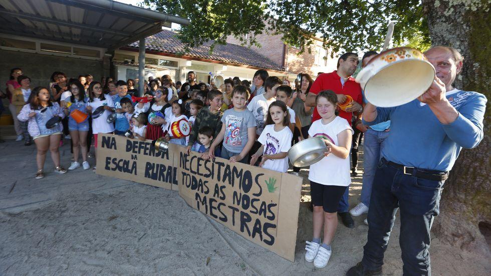 Cacerolada en contra del cierre de la escuela unitaria de Verducido.Lorena y Daniel, de 37 años, tienen dos hijos adolescentes y dos bebés