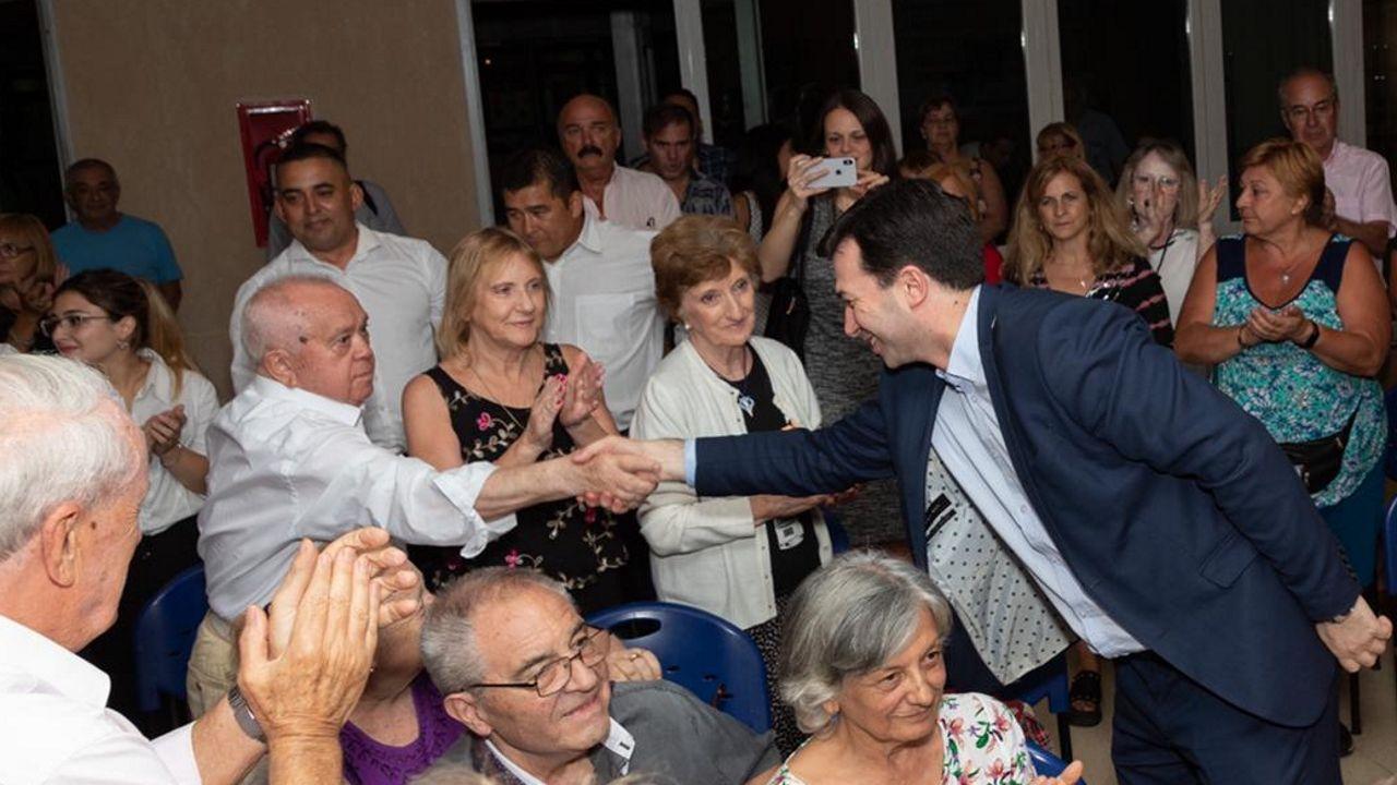 Gonzalo Caballero saluda al presidente de Bonilla a la Vista en un acto de precampaña celebrado este jueves en Arteixo.Gonzalo Caballero, este viernes en Buenos Aires