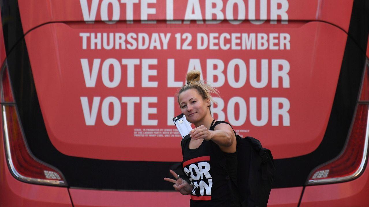 Una seguidora laborista se hace un selfi ante el autobús de campaña