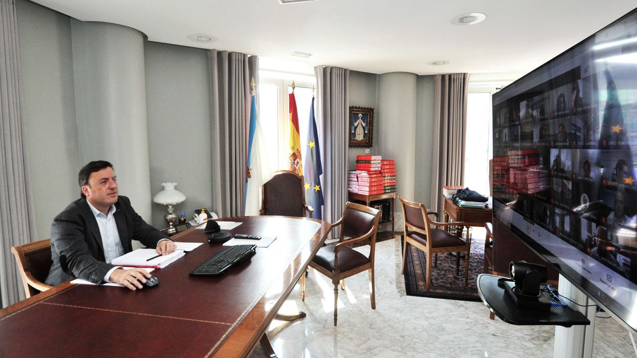 Pelamios, en imágenes.El presidente de la Diputación y el alcalde de Ares, en la vía donde se habilitará una senda peatonal