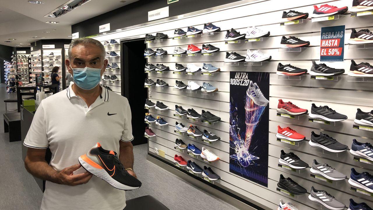 Pedro Sánchez López en su tienda de Todo Deporte de Betanzos