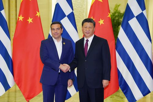 El presidente chino, Xi Jinping, con recibe al primer ministro griego, Alexis Tsipras, en la inauguración del II Foro de la Franja y la Ruta de Seda.