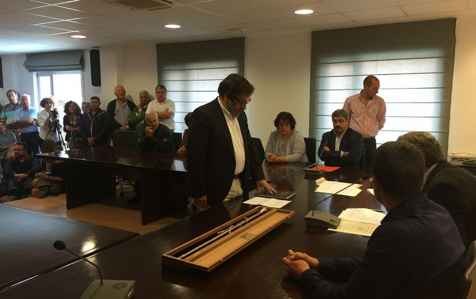 El nuevo regidor, Ricardo Sánchez, asumiendo el cargo ante la mirada de los miembros del PP.