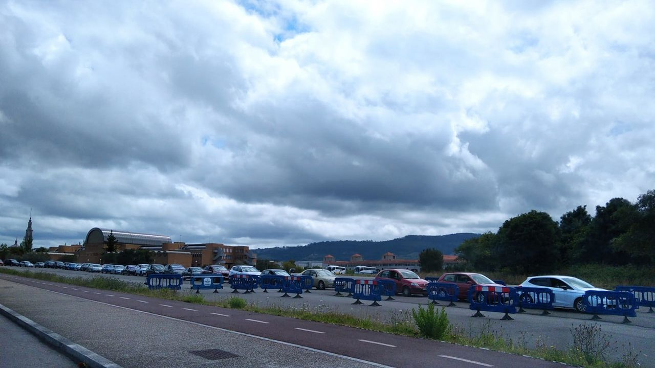 Colas en el autocovid de la escuela de Marina de Gijón, donde los clientes de La Buena Vida de Fomento se hacen el PCR