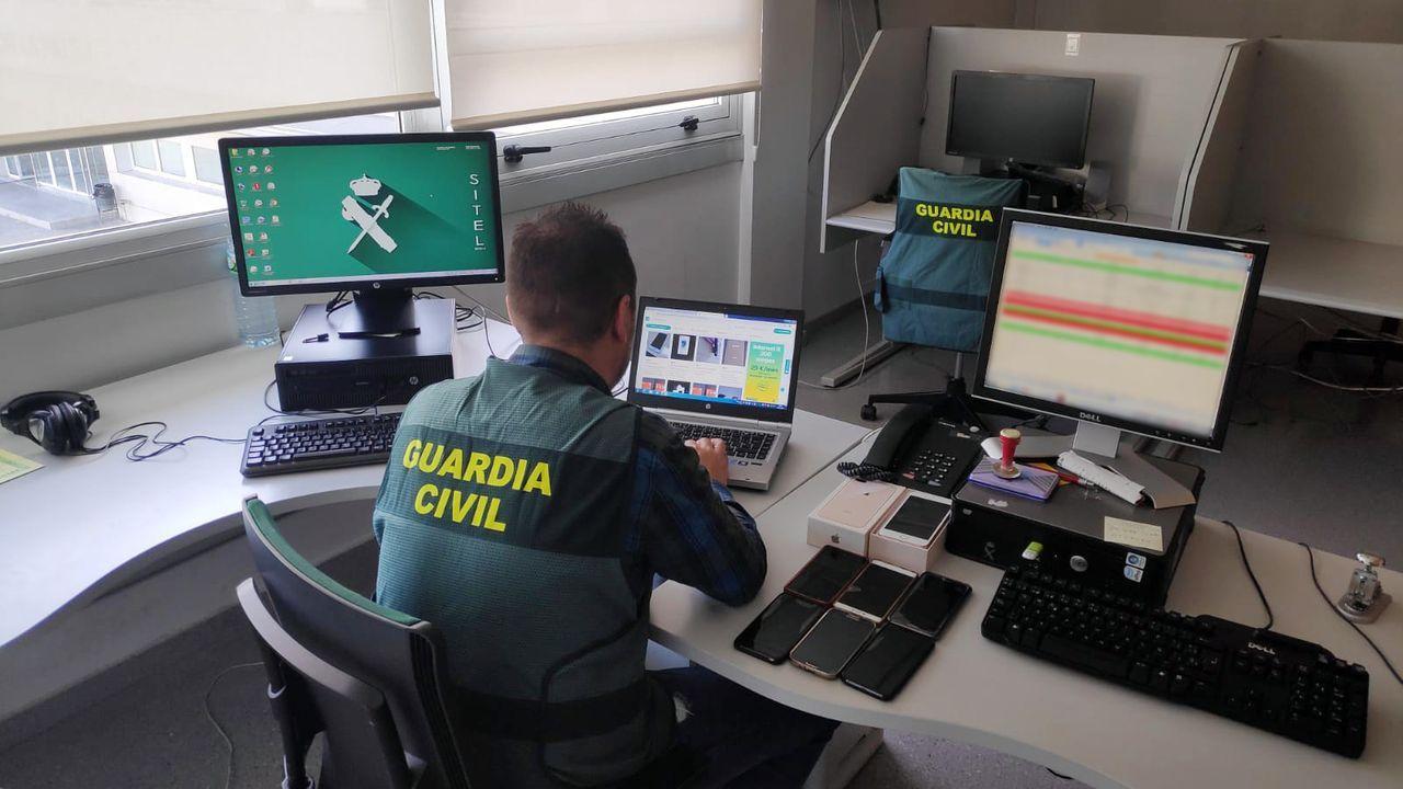 Concentración motera en Gijón.Un investigador de la Guardia Civil examinando datos de una página web