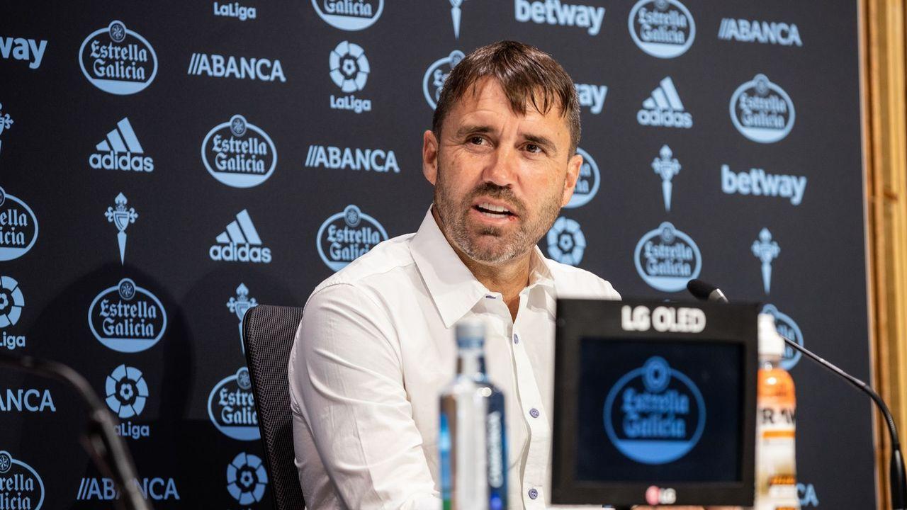 Corpas, en primer plano, celebra uno de los goles que metió en el Oviedo-Almería