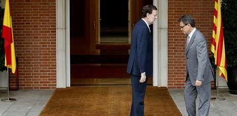Rajoy recibió con frialdad a Mas, tanto que ni bajó las escaleras a saludarle, y este se fue a su delegación a hablar con la prensa.