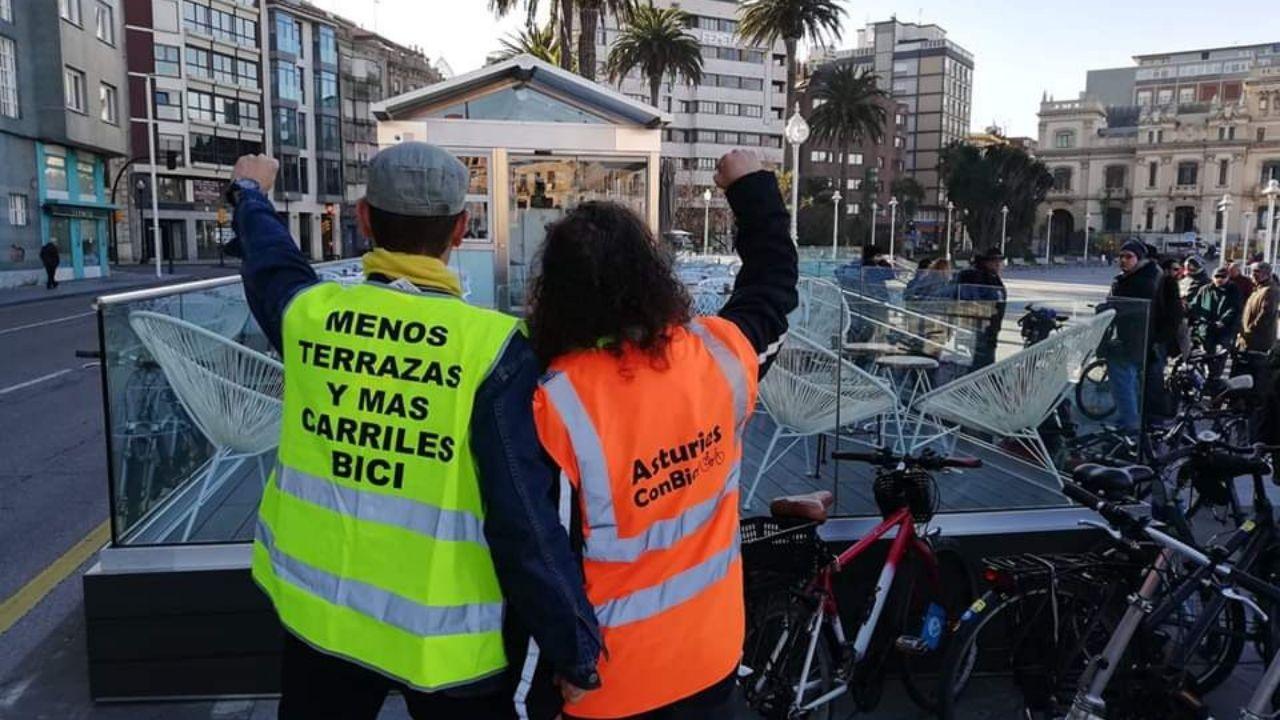 Peatones y ciclistas protestan contra la terraza de los jardines de la Reina en Gijón.Anterior protesta contra la ocupación de la acera bici de Poniente por una terraza hotelera, a la altura de los jardines de la Reina