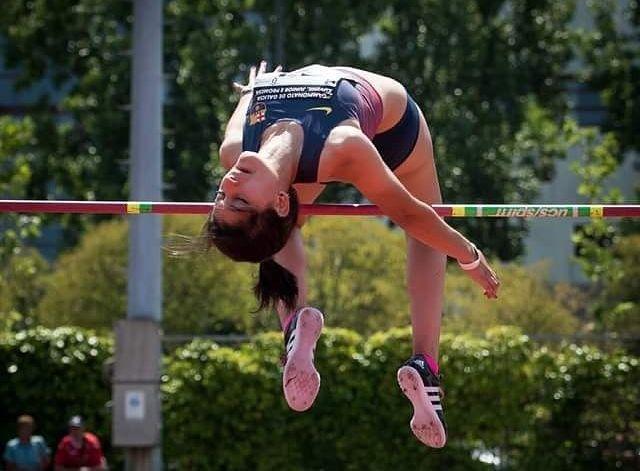 La atleta monfortina del FC Barcelona, Saleta Fernández, justo en el momento de saltar.