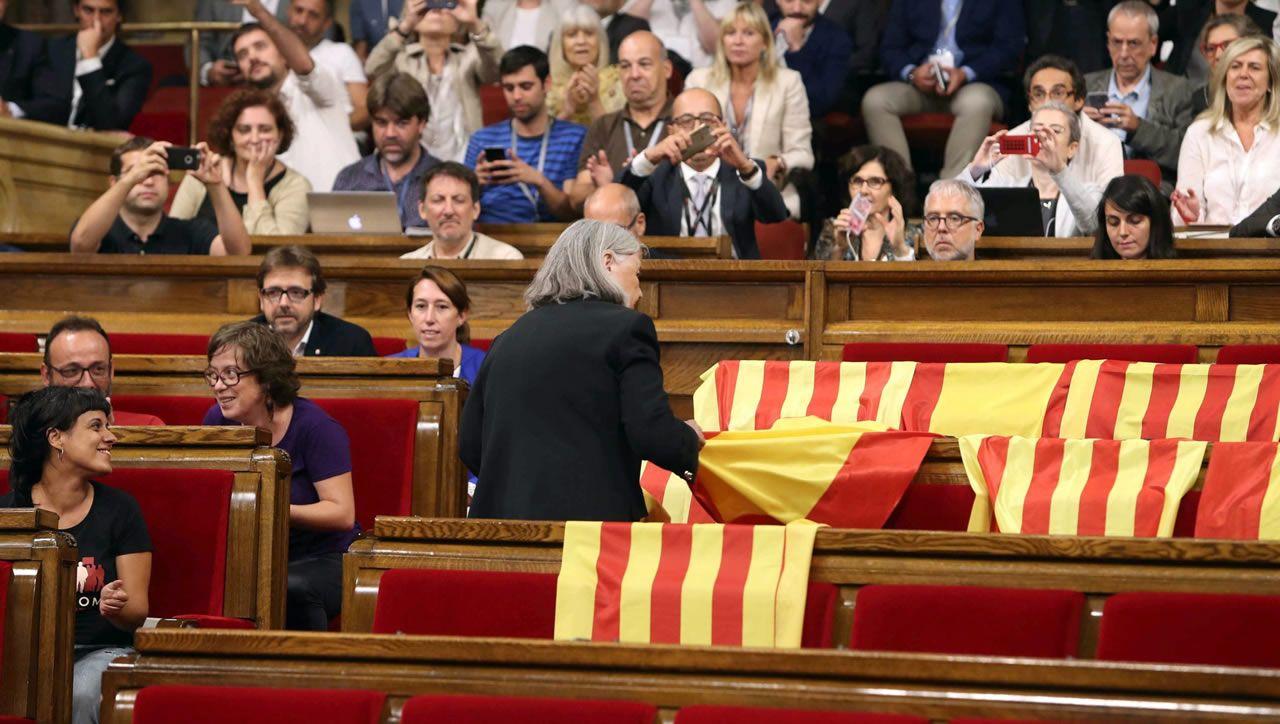 El 6 de septiembre, la diputada de Cataluña si que es pot, Angels Martínez retira las banderas de España de los escaños del PPC después de que los diputados de Ciudadanos, PSC y PPC abandonasen el Parlament para no votar la ley del referendo