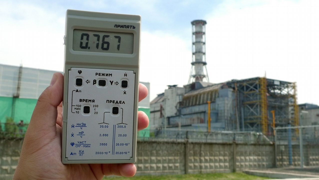 Imagen del reactor número 4 de la central nuclear de Chernóbil. El dosímetro marca unos niveles muy altos de radiación.