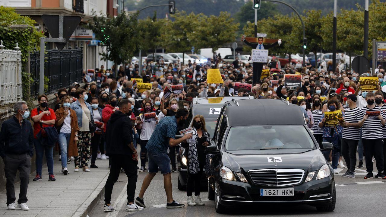 Multitudinaria protesta de la hostelería en Viveiro.Viveiro entró en restricciones altas el pasado sábado, con la hostelería funcionando únicamente en terrazas y al 50%