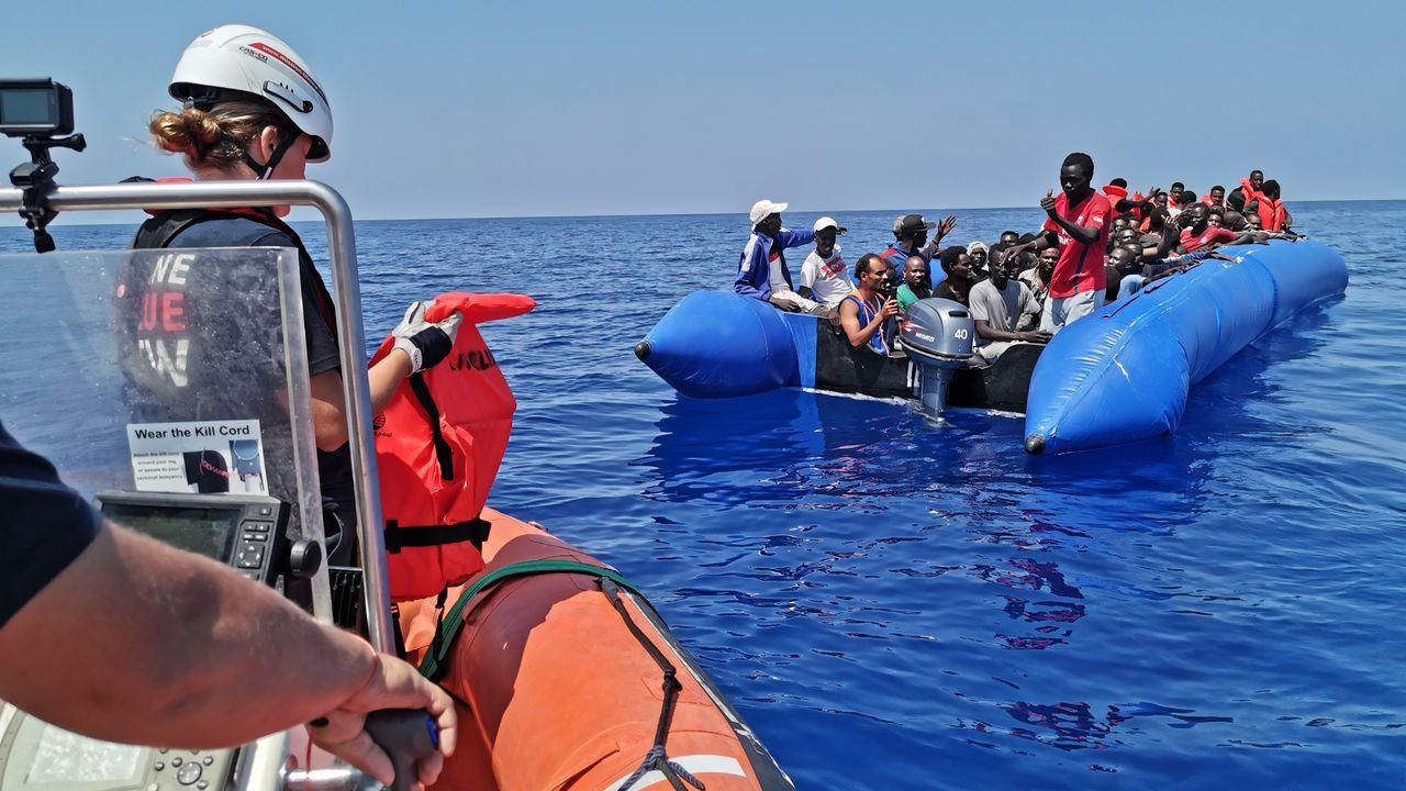 Así fue el recibimiento de los 30 policías de la UIP en A Coruña.Se han recuperado varios cuerpos de los inmigrantes naufragados, entre ellos varios  niños