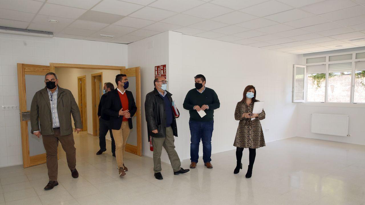 Así quedaron los murales diseñados por la artista Abi Castillo para el colegio de Roxos, en Compostela.Pocos son capaces de resistirse a captar una instantánea en este columpio en la playa de A Illa, en A Pobra