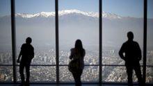 Vista de Los Andes desde lo alto de un edificio de Santiago (Chile).