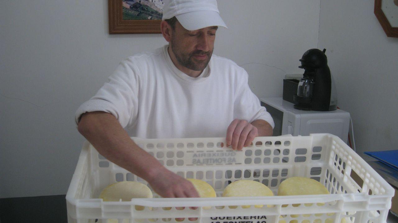 Fouciños para Castilla.Ramón Carral en el invernadero en el que crecen las plantas de sandía