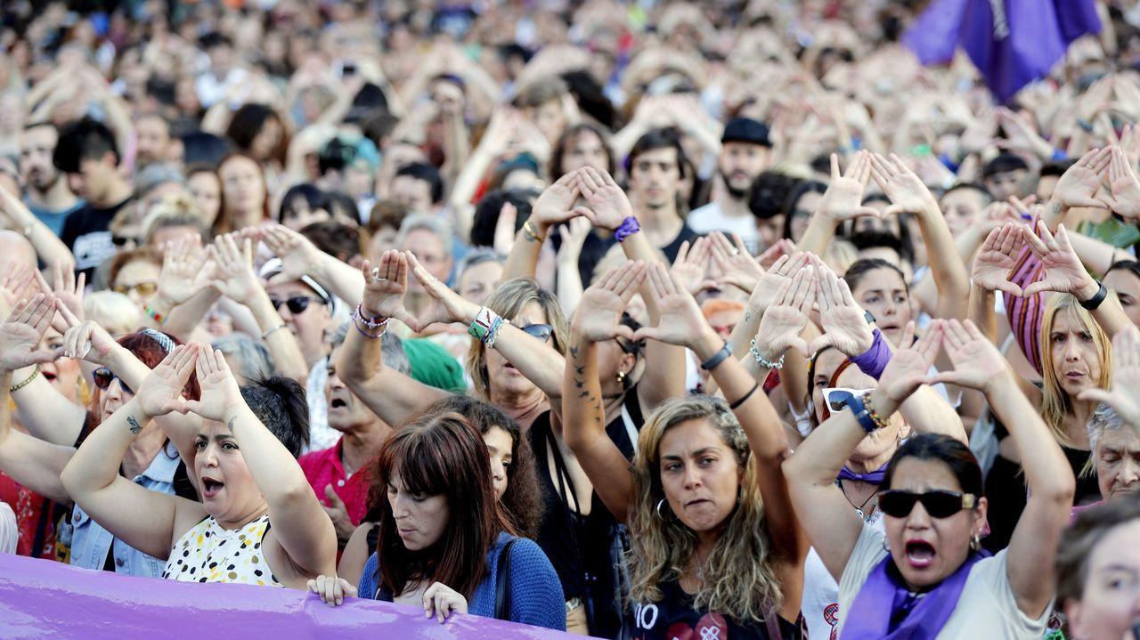El juez deja en libertad a 4 de los 6 detenidos por la presunta violación grupal de una joven.Protesta en Bilbao por la agresión sexual grupal a una joven de 18 años
