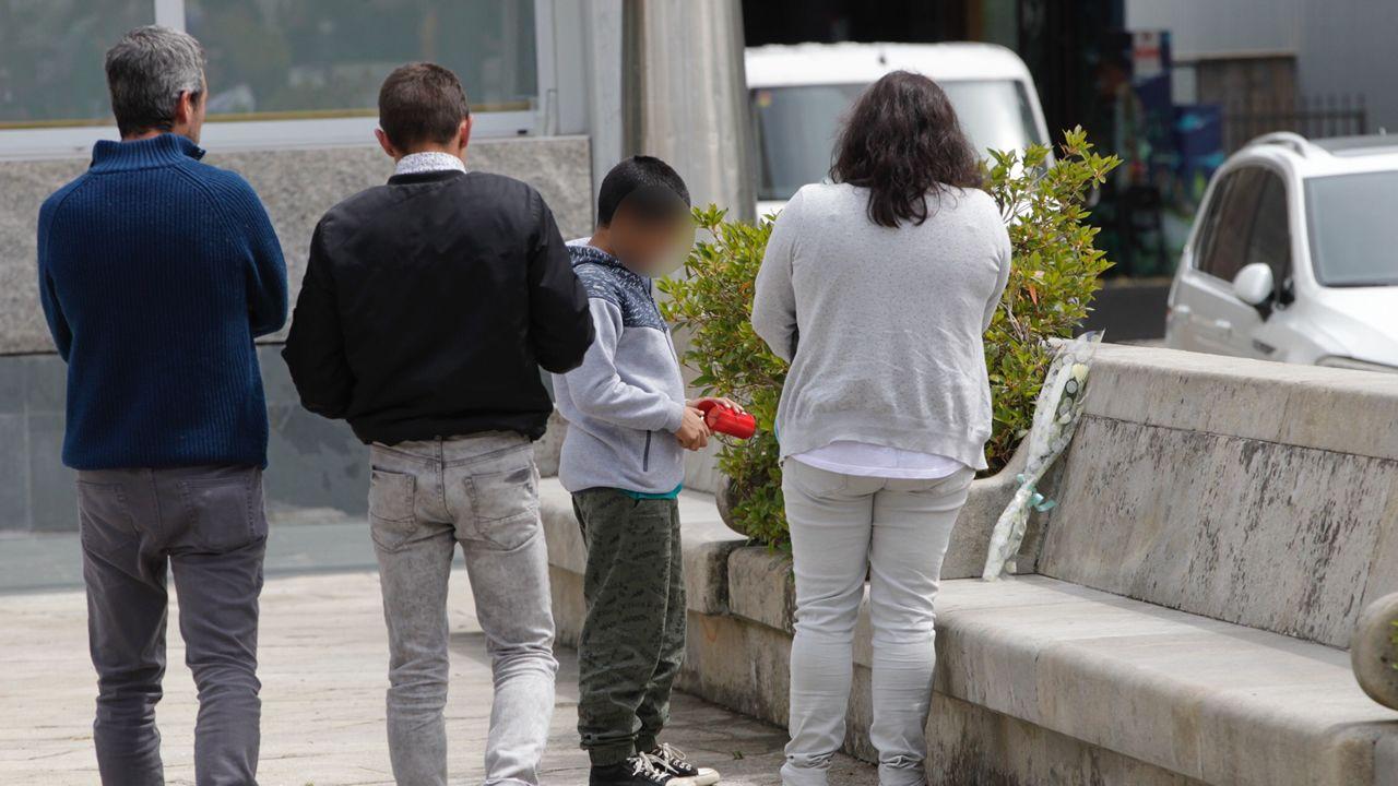 «Solo queremos justicia para nuestro hijo».En este lugar de la Plaza Mayor de Salceda murió apuñalado el joven de 24 años de Salceda