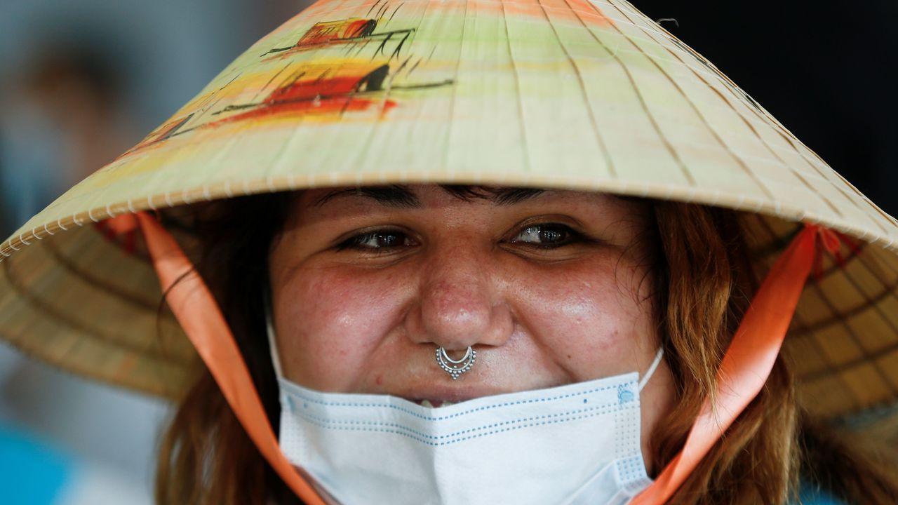 Una ciudadana chilena repatriada de Asia, a su llegada al aeropuerto de la capital