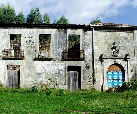 El alcalde de Vilaboa se sube a la cruz.La edificación tiene desde hace años evidentes signos de deterioro.