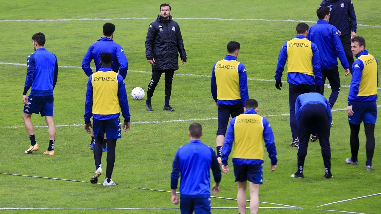 Tejera Borja Valle Real Oviedo Ponferradina Carlos Tartiere.Edgar y Nahuel esperan en el área durante el Oviedo-Almería