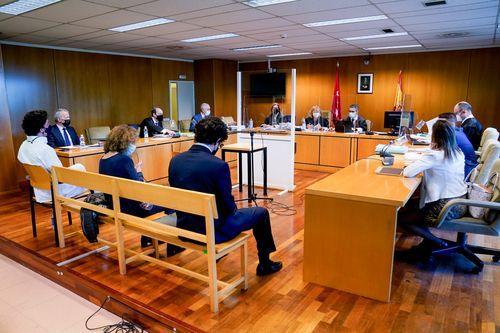 El pequeño Nicolás, de blanco, sentado en el banquillo de los acusados en la Audiencia Provincial de Madrid