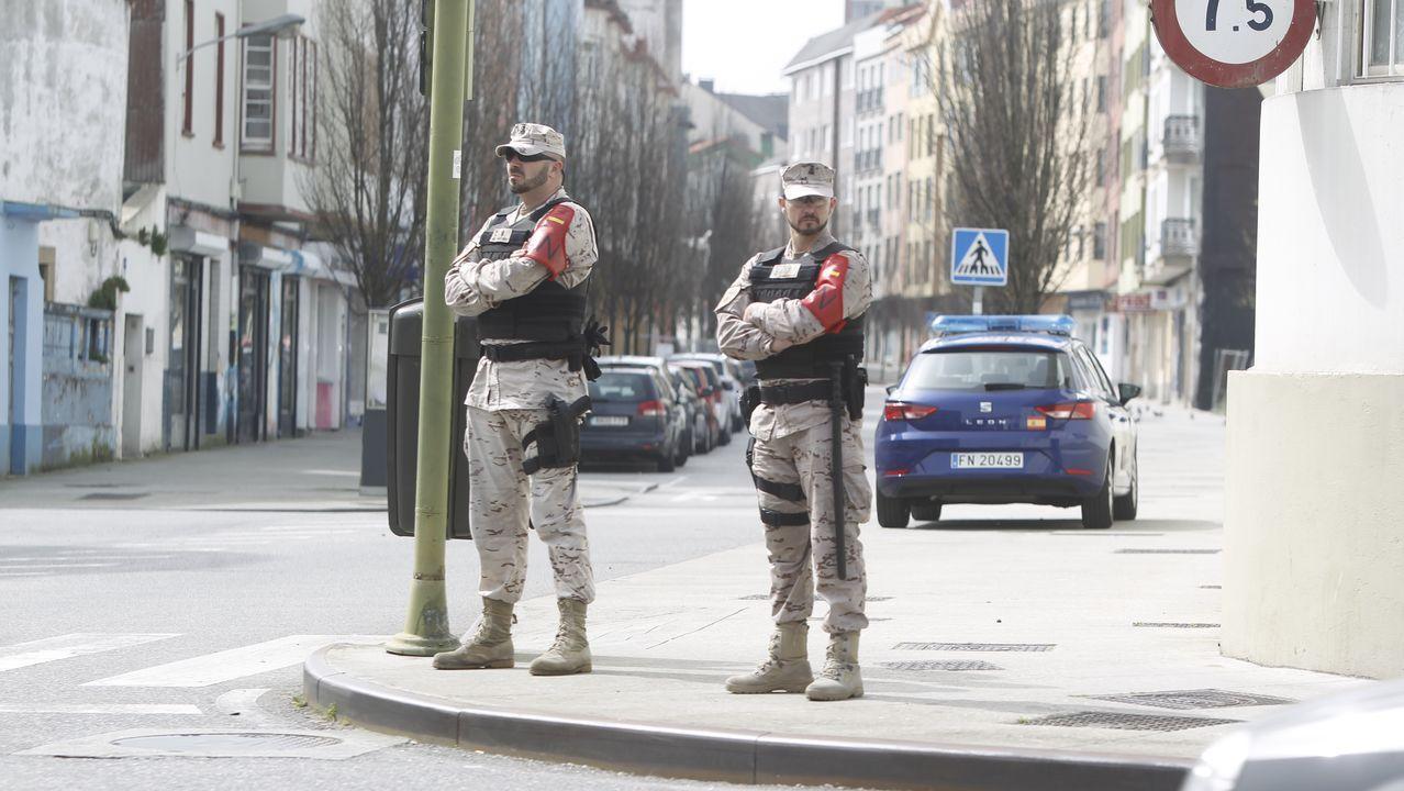 Comparecencia de Salvador Illa y Pablo Iglesias por el coronavirus.Infantes de Marina y policías nacionales, ante la estación de tren de Ferrol