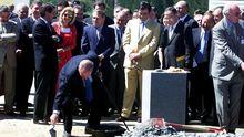 Fraga, Aznar y Cascos colocando la primera piedra del eje atlántico de alta velocidad en julio del 2001