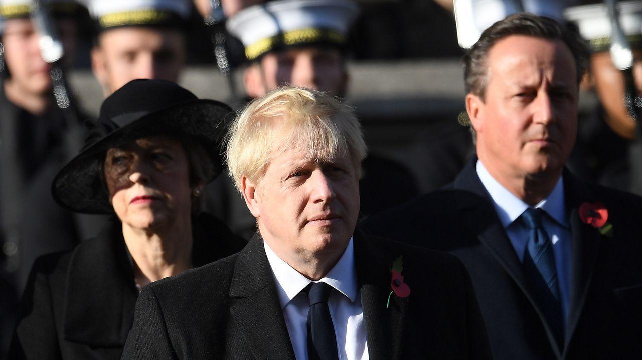Mujer y ciencia, una combinación ganadora.May, Cameron y Johnson en el homenaje a los caídos en la Segunda Guerra Mundial.