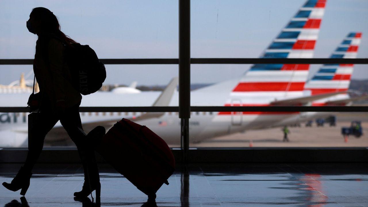 Una mujer camina por el aeropuerto durante las vacaciones de Acción de Gracias en Arlington