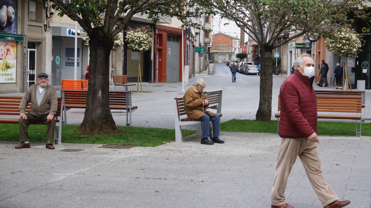 Mayores paseando por Lugo esta mañana