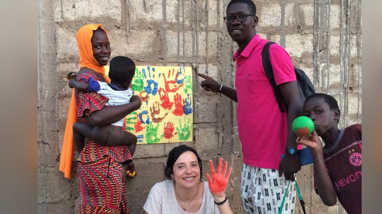 Abajo, Eva Pombo, una de las integrantes de la ONG con uno de los voluntarios que da clase, a la derecha
