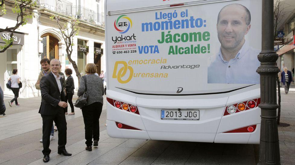 El candidato del PSdeG en Ourense, Vázquez Barquero, ante un bus con la efigie del de Democracia Ourensana