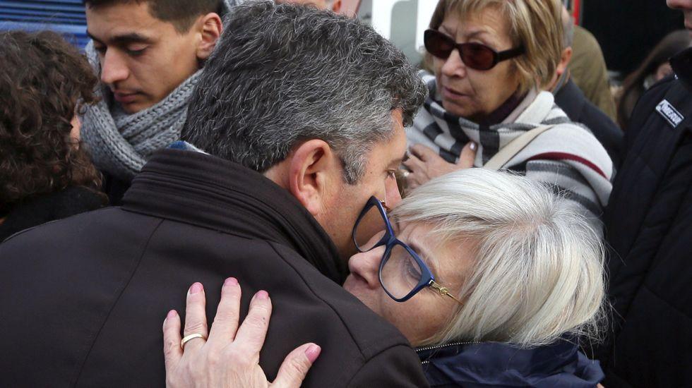violenciamachista.El alcalde de Boqueixón, Manuel Fernández Munín, consuela a la familia de Ana María Enjamio durante la concentración de repulsa contra la violencia machista