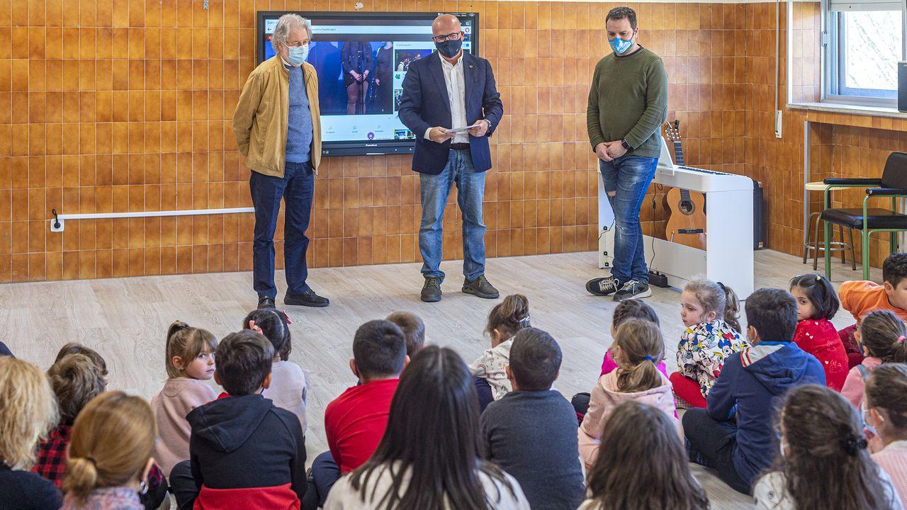Baltar visitó a los alumnos del colegio de Cortegada
