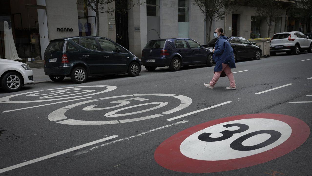 A 30 POR HORA. Las ciudades gallegas se han adelantado a las nuevas medidas urbanas que plantea la DGT y han empezado a establecer límites de 30. En la foto, la calle Juan Flórez, en A Coruña